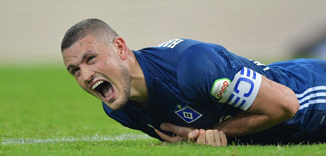 COLOGNE, GERMANY - AUGUST 25: Kyriakos Papadopoulos of Hamburg lies on the pitch in pain during the Bundesliga match between 1. FC Koeln and Hamburger SV at RheinEnergieStadion on August 25, 2017 in Cologne, Germany. (Photo by Lukas Schulze/Bongarts/Getty Images)